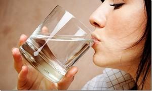 beber bastante líquidos ajuda a aliviar a dor de garganta