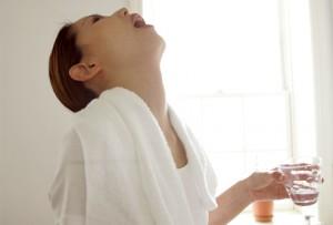 gargarejo com água salgada e bicarbonato de sódio alivia a dor de garganta