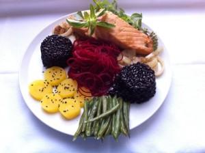 salmão com arroz preto, beterraba, batata baroa e vagem...hum! que delícia, minha gente!
