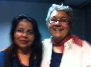 """Maria Fernanda com a escritora e jornalista Sonia Hirsch em uma das palestras """"Saúde é outra coisa""""."""