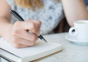 A dificuldade para escrever e falar é um dos sinais de alerta da doença de Alzheimer´s