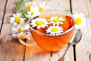 O chá de camomila alivia o estresse, limpa o fígado e desinflama tecidos, os músculos e a garganta! Tudo de bom!